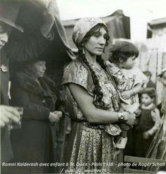 Romni Kalderash avec enfant à St. Ouen - Paris 1938 - looks like my grandmother Gypsy Trailer, Gypsy Caravan, Gypsy Life, Gypsy Soul, Gypsy Women, Gypsy Girls, Fosse Commune, Gypsy People, Gypsy Culture