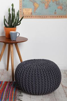 Cable Knit Pouf: So, this replaces the Bean-Bag-Chair? I love the texture! Diy Puffs, Azul Vintage, Pouf Ottoman, Blog Deco, Handmade Home Decor, Beautiful Crochet, Knitting Projects, Cable Knit, Home Accessories