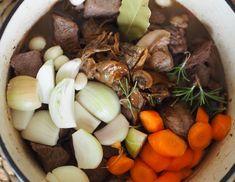 Lihapataan voi heittää kaikki juurekset, jotka uhkaavat nahistua jääkaapissa. Pot Roast, Stuffed Mushrooms, Food And Drink, Vegetables, Ethnic Recipes, Carne Asada, Veggies, Vegetable Recipes, Beef Stews
