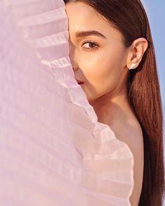 Alia Bhatt wears a pretty pink dress but with a Ranveer Singh twist! Bollywood Photos, Bollywood Actors, Bollywood Style, Bollywood Celebrities, Bollywood Fashion, Alia Bhatt Photoshoot, Aalia Bhatt, Alia Bhatt Cute, Ranveer Singh
