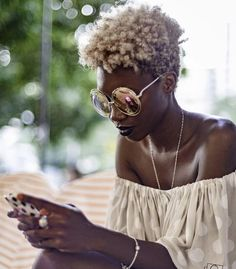 Ladies, try to fall in love again with your natural afro hair. Have a look at all these Afro hair inspiration images that we've collected for you, enjoy! Natural Hair Journey, Natural Hair Care, Natural Hair Styles, Blonde Natural Hair, Tapered Natural Hair, Natural Beauty, My Hairstyle, Cool Hairstyles, 1980s Hairstyles