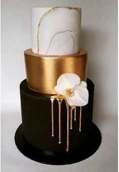 wedding cakes nakedcake Delicate embroidery in gold feels opulent while geometric shapes create a fresh, modern feel. Pair those hand-painted tiers with solid-colored layers or even simple flower accents Cakes To Make, Fancy Cakes, How To Make Cake, Gorgeous Cakes, Pretty Cakes, Amazing Cakes, It's Amazing, Awesome, Bolo Cake
