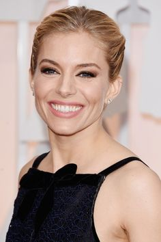 Sienna Miller wowed as she appeared on the red carpet. The actress paired a brown-to-black smoky eyeshadow with pink glossy lips, a very natural looking complexion and a swept back up-do. Sienna's classic look is flattering and she looks her best. 2015 Hairstyles, Celebrity Hairstyles, Cool Hairstyles, Red Carpet Hair, Red Carpet Looks, Diane Kruger, Olivia Wilde, Celebrity Beauty, Celebrity Red Carpet