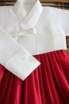 지난 가을 부터 아주 많은 사랑 받았던 붉은 다홍치마에 흰저고리 아래 사진에는 표현은 안됐지만 펄이 있...