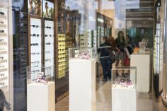 Proprio in occasione della Feste della Mamma, Filippa Lagerbäck firma una limited edition di 500 occhiali da sole il cui ricavato permetterà di pagare interamente il costo di una o più operazioni oculistiche a mille donne africane.