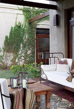 Decoracion con terminaciones artesanales - estudio AT Outdoor Spaces, Outdoor Living, Outdoor Decor, Iron Wall Decor, House With Porch, Diy Bed, Small Patio, Dream Rooms, Porch Swing