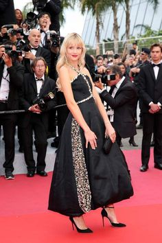 INTRODUCING Cannes Film Festival opening ceremony: the first stars land on the Croisette - Belgian singer Angèle paid tribute to Michel Legrand at the opening - Tokyo Street Fashion, 90s Fashion Grunge, Tokyo Street Style, Geek Fashion, Japanese Street Fashion, Neo Grunge, Grunge Style, Soft Grunge, Le Happy