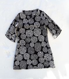 This black and white tunic is handmade from Marimekko linen. Love it. The pattern comes from Stylish Dress Book by Yoshiko Tsukiori.