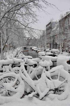 Winter in Amsterdam. Voor Nederland niks bijzonders, toeristen vinden dit aanzicht daarentegen fantastisch!