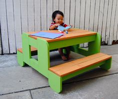 How To Build a Kids Picnic Table - tutorial Diy Projects For Kids, Do It Yourself Projects, Diy For Kids, Wood Projects, Weekend Projects, Outdoor Projects, Kids Picnic Table Plans, Picnic Tables, Diy Kids Furniture