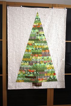 green fabrics by kaffe fasset & anna maria horner dot fabric - lecien mrs… Christmas Tree Quilt, Christmas Sewing, Christmas Projects, Holiday Crafts, Christmas Quilting, Winter Quilts, String Quilts, Mini Quilts, Christmas Inspiration