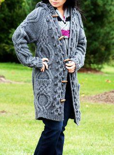 Ce manteau en pull tricoté à la main sophistiqué, unique, a des tonnes de détails de capot vers le bas, davant en arrière. Les amateurs de câble attention, ce manteau pull combine tonnes de câble tricot compétences. Il est 100 % tricoté main par moi. Il a des boutons en bois naturel, 2