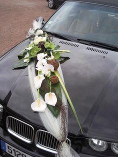 Décoration florale de la voiture des mariés