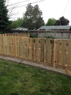 30 Most Inspiring DIY Pallet Garden Fence Ideas To Improve Your Outdoor Space Check out some inspiring pallet garden fence ideas which you can make easily at home! Tyeh won't cost you a lot but enough t enhance your backyard! Wood Pallet Fence, Diy Fence, Backyard Fences, Garden Fencing, Backyard Landscaping, Fence Ideas, Outdoor Pallet, Cerca Diy, Diy Pallet Projects