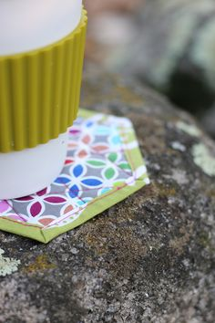 Hexagonal coasters tutorial! Quilting Projects, Cube, Coasters, Quilts, Blog, Pattern, Fabric, Photography, Scrappy Quilts