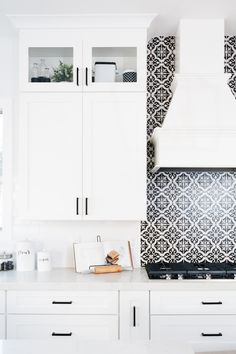 BEAUTIFUL CHANDLER HOME DESIGNED BY THE TOMKAT STUDIO Kitchen Tile, New Kitchen, Kitchen Reno, Kitchen Ideas, Black And White Tiles, Cabinet Drawers, Beautiful Kitchens, House Tours