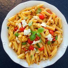 Lækker, nem og frisk sommerpasta, som passer perfekt til grillmaden. Smid et stykke kød på grillen og mens det griller, kan man nå at lave denne pasta.