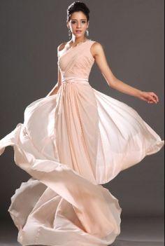 9e4f595751e 75 nejlepších obrázků z nástěnky Nádherné plesové šaty v roce 2019 ...