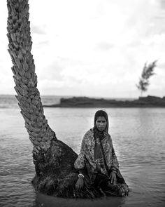 """2/3 {English Below} #Photo: Jordi Pizarro (@jordi_pizarro)  En seulement 4 décennie #Ghoramara a perdu 75% de sa surface. L'île de 5000 habitants s'efforce de protéger ce qu'il en reste et se prépare au pire. Leurs efforts sont plus guidés par le #cœur que par l'idée de sauver leur mode de vie dans l'écosystème le plus vulnérable au monde aux changements climatiques. Les derniers rapports annoncent la disparition probable de l'île dans les six à huit prochaines années. """" - In only four…"""
