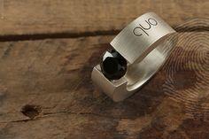 anel masculino Unique by QUO. Feito à mão em prata 925.Solitário, acabamento escovado, aplicação de pedra Onix Negra, lapidação facetada brilhante.