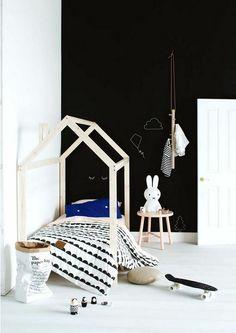 Lit en bois et mur noir dans une chambre d'enfant  http://www.homelisty.com/chambre-enfant-noir-blanc/