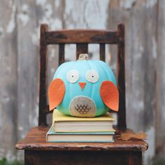 This is a such a fresh and creative no-carve owl pumpkin idea by DecoArt . If you are into wise owls. Found via Country Livin. Halloween Pumpkins, Fall Halloween, Halloween Crafts, Happy Halloween, Halloween Decorations, Halloween Ideas, Halloween Stuff, Owl Pumpkin, Pumpkin Ideas