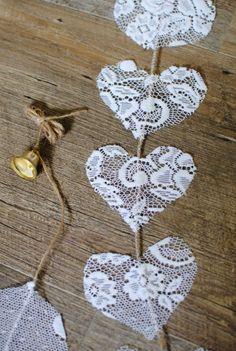 idée comment fabriquer une guirlande de coeurs en dentelle, attachés à une ficelle, idée décoration mariage