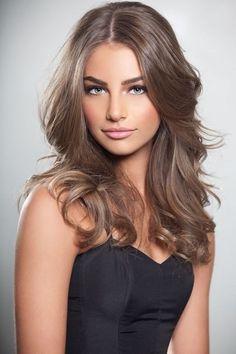 Hellbraune Farbe ein hübsches Mädchen mit schwarzem Kleid, hat langes Haar