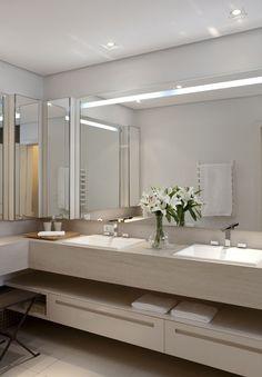 espelhos, armario bege com o vao para tolhas, armario lateral espelhado para os perfumes, luzes indiretas e independentes