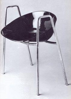 Olavi Hännisen Palace hotellin terassille suunnittelema tuoli on ensimmäisiä suomalaisia muovituoleja (1952)