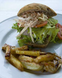 Burger med coleslaw og barbecuefritter  fra Familie Journals Slankeklub