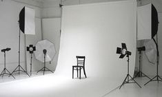 White cloth/paper/wall for Photography Music Studio Room, Studio Setup, Studio Lighting, Garage Photography Studio, Home Photo Studio, Garage Studio, Boutique Interior, Small Studio, Photo Lighting