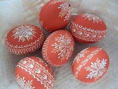 Voskované kraslice červené / Zboží prodejce kolarik | Fler.cz Types Of Eggs, Ukrainian Easter Eggs, Faberge Eggs, Pet Rocks, Egg Art, Egg Decorating, Line Design, Easter Crafts, Diy And Crafts