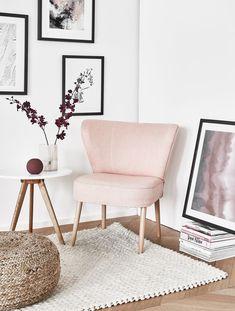 Mädchenhaft Wohnen in Fifties-Eleganz! Der Cocktail-Sessel feiert sein Comeback. Auswahl an eleganten Cocktail-Sesseln bei WestwingNow. Wohnzimmer Inspiration mit Sitzgelegenheiten und einfache Dekoelemente wie das auf den Boden gestellte Bild #Wohnzimmer #Cocktailsessel #stilvolldekorieren #pouf