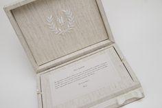 Caixa Convite Personalizada <br> <br>- Caixa MDF - 100% revestida em tecido linho com bandeja removível para convite; <br>- Bordado de monograma; <br>- Acabamento em fita de gorgurão com laço chanel; <br>- Convite impresso em papel nacional; <br> <br>Para outros tamanhos e acabamentos entre em contato. <br> <br>Obrigada. <br> <br>Box of Arts