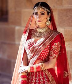 A gorgeous bridal look that we literally can't take our eyes off! Wedding Lehnga, Indian Wedding Gowns, Desi Wedding Dresses, Indian Bridal Outfits, Indian Bridal Wear, Bridal Lehenga Choli, Bridal Dresses, Indian Weddings, Red Wedding