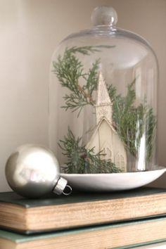 cloche en verre décorée pour Noël de style vintage avec figurne de chapelle