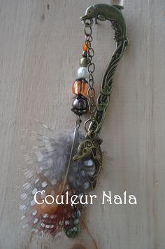 """Marque pages bijoux de 12cm, métal bronze motif """"dauphin"""", plumes de faisan royal et pintade, perles verre et métal, : Marque-pages par couleur-nala"""