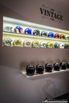 Bobber Helmets, Motorcycle Helmets, Motorcycle Store, Motorcycle Garage, Helmet Shop, Old School Motorcycles, Vintage Helmet, Biker Gear, Cycling Helmet