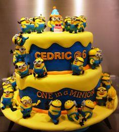 torta de aniversário decorada da turma dos Minions