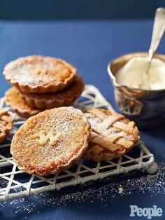 10 Harry Potter Recipes You Can Make in Real Life TREACLE TART When both Harry Potter and Prince Harry approve of these sweet, buttery shortcrust pastries, who are we to not totally enjoy them, too? Get the recipe HERE Harry Potter Fiesta, Harry Potter Food, Harry Potter Treats Sweets, Tart Recipes, Dessert Recipes, Cooking Recipes, Free Recipes, Dinner Recipes, Potato Recipes