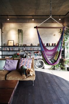 bohemian living space// indoor hammock// via deco my place Bohemian House, Bohemian Decor, Bohemian Living, Bohemian Apartment, Boho Room, Bohemian Interior, Hippie Living Room, Gypsy Living, Living Room Hammock