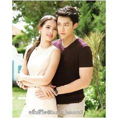 สวัสดีวันจันทร์ที่ 16 มกราคม วันครู ขอเทิดทูนครูทุกคนค่ะ เหลืออีก 7 วันได้ดูกันแล้ว 23 มกราคมนี้ตอนแรกค่ะ#คลื่นชีวิต Cr: @bung_lakorn3. Thanks! #nadechyaya #urassaya #urassayas #yaya #mark_prin Taiwan Drama, Mark Prin, Cute Poses, Thai Drama, Thai Style, How To Pose, Sweet Couple, Celebs, Celebrities