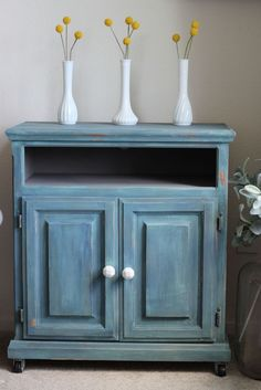 The Turquoise Cabinet #DIY #furniturepaint #paintedfurniture #chalkpaint #homedecor #cabinet #bermudablend #blue #turquoise #shabbychic #countrychicpaint - blog.countrychicpaint.com