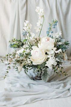 Dreamy Alfresco Côte d'Azur Wedding Inspiration – French Wedding Style Blousy wedding blooms Wedding Table Centerpieces, Wedding Flower Arrangements, Wedding Bouquets, Wedding Decorations, Centerpiece Flowers, Purple Bouquets, Bridesmaid Bouquets, Pink Bouquet, Brooch Bouquets