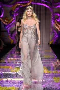 Pin for Later: The 16 Hottest Model Moments From the Versace Couture Show Doutzen Kroes Showed Off Her Curves in Gray