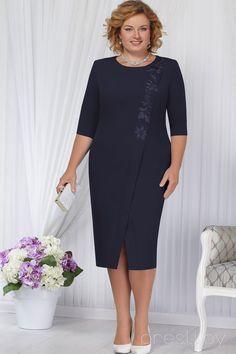 Šaty na odpolední párty   tmavá švestkově modrá barva s ozdobnou krajkovou  aplikací. 1a5b73c538