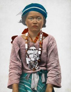 A Tinggian Igorot girl in traditional clothing poses for a portrait. Philippines Country, Philippines Culture, Cultura Filipina, Old Photos, Vintage Photos, Filipino Fashion, Filipino Culture, Filipina Beauty, Filipiniana