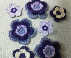 毛糸で編んだお花のモチーフ7枚セットです。大きさはおおきいものが直径約4.5センチ、ちいさいものが直径約3センチです。紫系です。お手持ちのバックやお子様のお洋...|ハンドメイド、手作り、手仕事品の通販・販売・購入ならCreema。