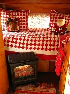 """Fellow vintage trailer owner Kerrie from Sea Cottage & Vintage Cottage Camper sure knows how to """"Glamp""""! Her trailer is a 1972 Timbler. Casas Trailer, Vintage Travel Trailers, Vintage Campers, Vintage Rv, Retro Campers, Vintage Vans, Little Trailer, Camping Glamping, Camping Tips"""